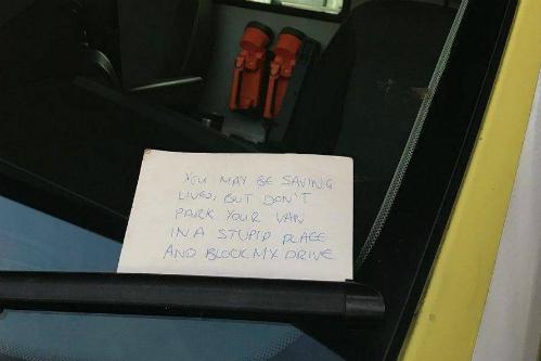Mẩu giấy chỉ trích bác sĩ vì đỗ xe sai chỗ để cấp cứu bệnh nhân
