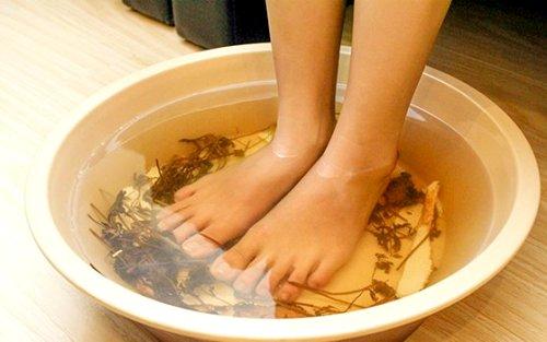 Ngâm chân với nước ấm 30 phút trước khi đi ngủ rất tốt cho sức khỏe. Ảnh: KH.