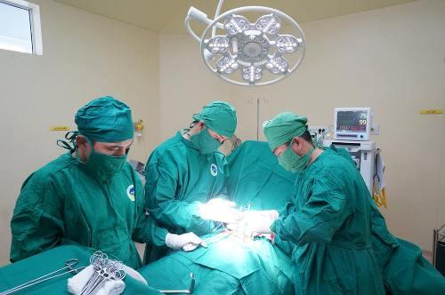 Cắt tử cung của bà mẹ hai con để chặn ung thư xâm lấn