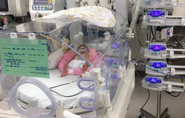 10 bác sĩ mổ tim cứu bé sinh non nặng 600 g
