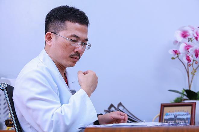 Phó giáo sư, Tiến sĩ, bác sĩ Lê Hoàng nghiên cứu các câu hỏi do độc giả VnExpress gửi về chương trình tư vấn vô sinh hiếm muộn Gieo mầm hạnh phúc.