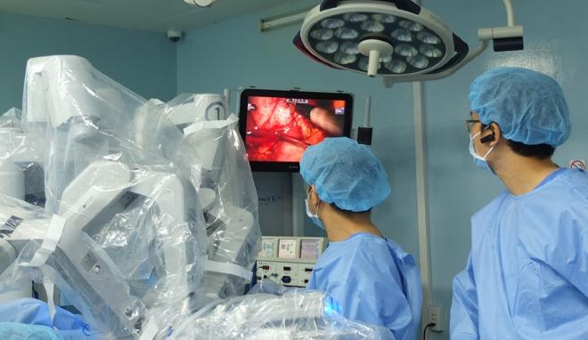 Robot mổ nhặt từng viên sỏi mật cho bà bầu mang song thai