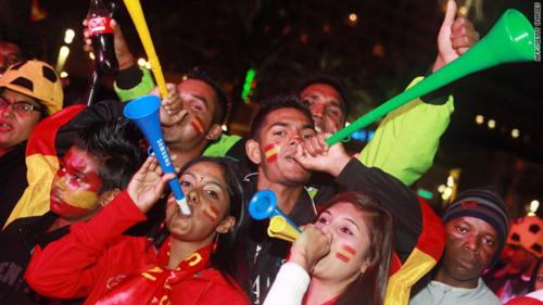 Kèn vuvuzela là món đồ được nhiều người hâm mộ bóng đá ưa thích. Ảnh: CNN.