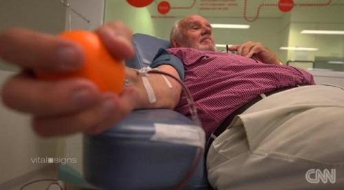 60 năm hiến máu cứu sống những em bé từ trong bụng mẹ, cụ James được Australia gọi tên người đàn ông có cánh tay vàng. Ảnh: CNN