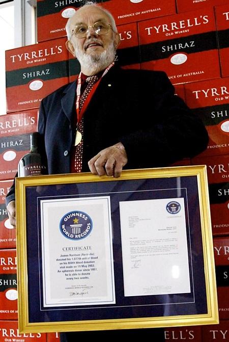 Năm 2011, cụ James được tổ chức Kỷ lục Guiness trao danh hiệu người hiến máu nhiều nhất với 1.000 lần hiến máu. Ảnh: Reuters