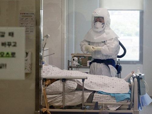 Các nhân viên y tế phải đảm bảo trang phục bảo hộ khi chăm sóc người bệnh. Ảnh: Abcnews