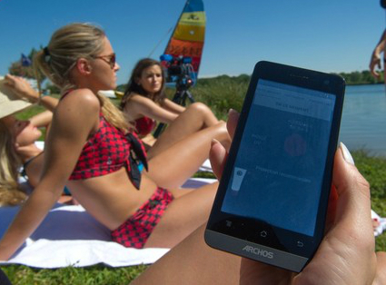 Bộ cảm biến nhiệt trong bikini sẽ gửi cảnh báo đến điện thoại nhắc nhở các giải pháp chống nắng. Ảnh: UK.