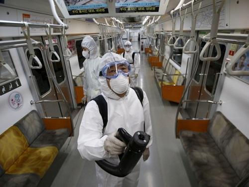 Nhân viên y tế làm nhiệm vụ phun khử trùng trên tàu điện ngầm ở Hàn Quốc, trong bối cảnh dịch tiếp tục diễn biến phức tạp. Ảnh: cbc.ca