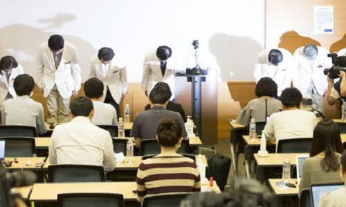Các bác sĩ tại Trung tâm Y tế Samsung cúi đầu xin lỗi vì xử lý yếu kém trước dịch MERS tại bệnh viện trong cuộc họp báo tổ chức tại Seoul ngày 14/6. Giám đốc bệnh viện, ông Song Jae-hoon, là người thứ 4 tính từ bên trái sang. Ảnh: Yonhap