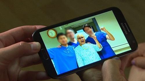 Cụ bà chụp ảnh cùng đội ngũ y bác sĩ ngày xuất viện. Ảnh: CNN