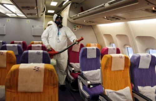 Một thành viên của phi hành đoàn Thai Airways tẩy sạch các cabin của một chiếc máy bay của các hãng quốc gia tại sân bay của Bangkok Suvarnabhumi International, Thái Lan, ngày 18 tháng 6, 2015. Thai Airways thực hiện các biện pháp phòng ngừa để giải quyết respitory Hội chứng Trung Đông (MERS) hôm thứ Năm.