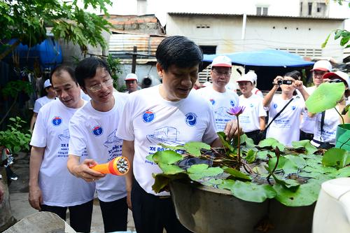 Thứ trưởng Bộ Y tế Nguyễn Thanh Long vận động người dân địa bàn quận 7, TP HCM diệt lăng quăng vào tháng 6/2015. Ảnh: L.P