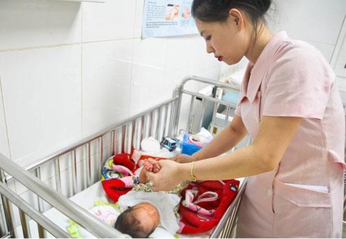 Cứu sống em bé từ bà bầu hôn mê vì tai nạn giao thông