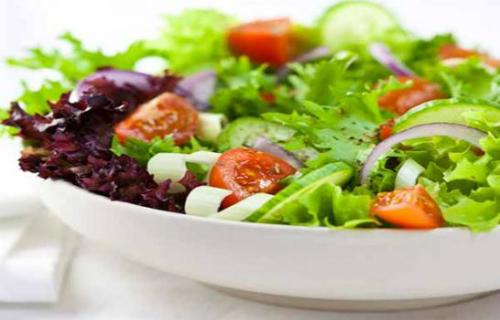Bệnh nhân giảm bạch cầu nên tránh ăn thức ăn có nguy cơ nhiễm khuẩn như rau sống, trái cây ăn cả vỏ, phô mai có men vi khuẩn... Ảnh: webmd