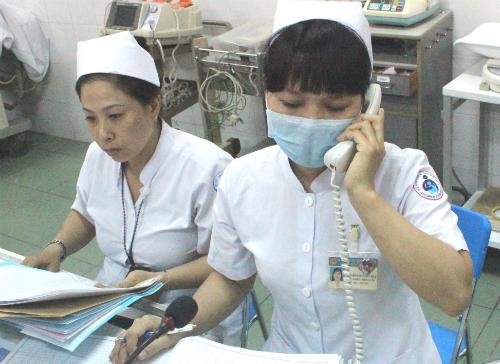 Trang phục của điều dưỡng hầu hết các bệnh viện hiện nay đều là màu trắng, giống với bác sĩ. Ảnh: Lê Phương.