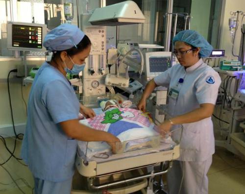 Bệnh nhi đang được chăm sóc tích cực tại Khoa Hồi sức Sơ sinh Bệnh viện Nhi đồng 1. Ảnh: BV