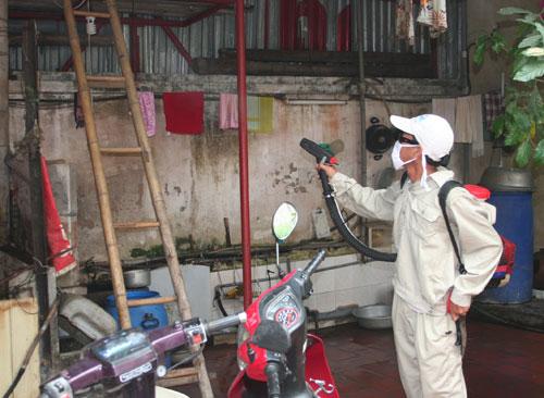 Dịch sốt xuất huyết tại Hà Nội bắt đầu gia tăng từ tháng 6. Ảnh phun hóa chất diệt muỗi: N.P.