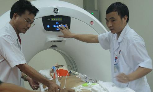 Bệnh nhân đang được đưa về điều trị tại Bệnh viện Quân y 175. Ảnh: Lê Phương