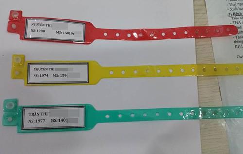 Đa số các bệnh viện hiện nay sử dụng vòng đeo tay nhận diện bệnh nhân có 3 màu: xanh (bệnh nhân bình thường), đỏ (dị ứng thuốc), vàng (có yếu tố nguy cơ). Thông tin Ảnh: Lê Phương.