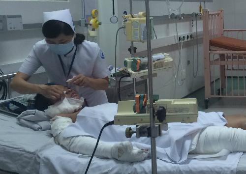 Kim Linh đang được chăm sóc tại Khoa Bỏng Bệnh viện Nhi đồng 1. Ảnh: Lê Phương.