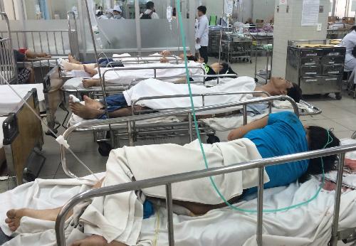 Các nạn nhân trong vụ tai nạn trên cầu vượt vòng xoay Cây Gõ. Ảnh: Lê Phương.