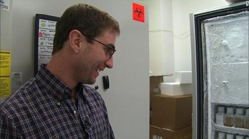 Eric ngạc nhiên trước những lọ thuốc bào chế từ chính phân của mình được bảo quản trong tủ lạnh. Chúng có màu như sữa lắc chocolate. Ảnh: CNN