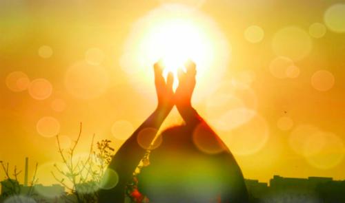 được hấp thụ vào cơ thể thông qua tiếp xúc với ánh sáng mặt trời và chế độ ăn uống giàu lòng đỏ trứng, pho mát và dầu cá. Ảnh: vpr.