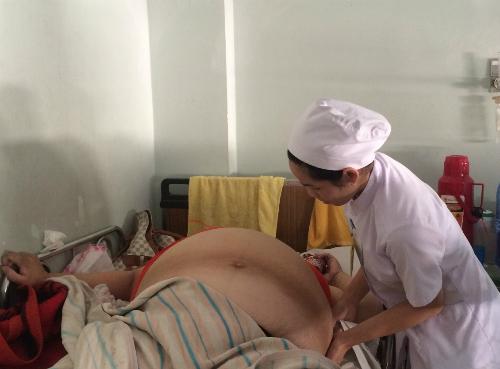 Tăng gần 40kg trong suốt thai kỳ, sản phụ 36 tuổi phải trải qua hơn một tháng nằm dưỡng thai tại bệnh viện trước khi lầm bồn. Ảnh: Lê Phương.