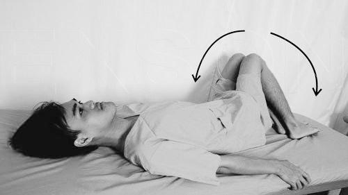 Bài tập xoay cột sống khi nằm ngửa.