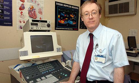 Bác sĩ sử dụng máy tính bệnh viện xem ảnh khiêu dâm