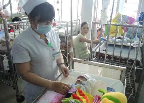 Bệnh nhi đang được các y bác sĩ thay nhau chăm sóc tại Bệnh viện Nhi đồng 1. Ảnh: Lê Phương.