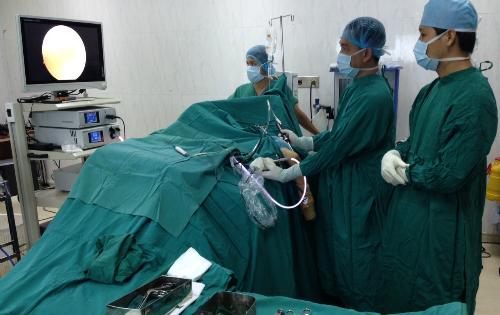 Bệnh nhân được tiến hành mổ nội soi điều trị cứng khớp khuỷu trong 2 giờ. Ảnh: K.V