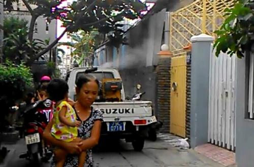 Theo quy định của Bộ Y tế, phải thông báo cho người dân ở vùng phun thuốc diệt muỗi trước 1 ngày. Ảnh: Việt Nữ.