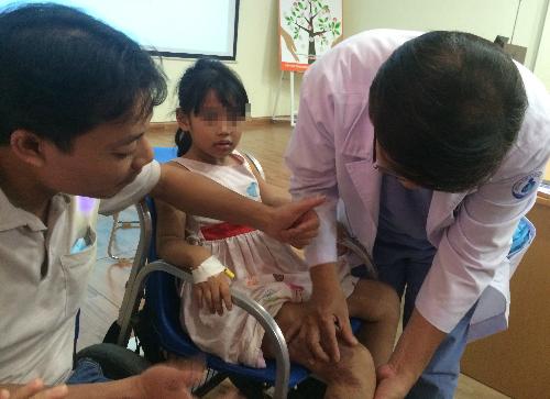 Sau mổ, bé gái 7 tuổi đã hết đi tiểu máu, có thể quay trở lại trường học. Ảnh: Lê Phương.