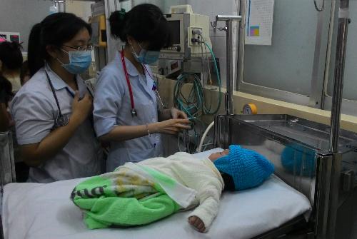 Các bác sĩ kiểm tra sức khỏe cho bé. Ảnh: T.P