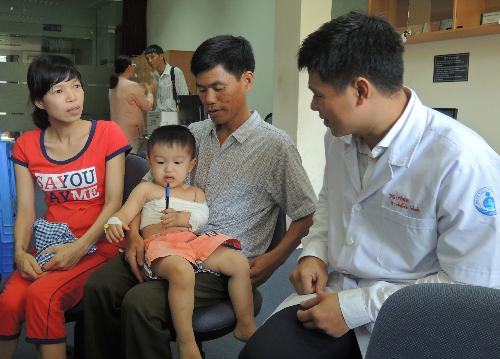 Trẻ liệt tay do tổn thương đám rối thần kinh nếu phẫu thuật từ 3 tháng đến trước 12 tháng tuổi thì khả năng phục hồi sau phẫu thuật có thể lên đến 80%. Ảnh: L.P