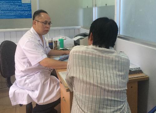Bác sĩ khám bệnh tại khoa Nam học, Bệnh viện Bình Dân. Ảnh: Lê Phương.