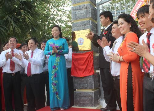 Bộ trưởng Y tế Nguyễn Thị Kim Tiến gắn bảng hiệu thành lập Viện. Ảnh: Lê Phương.