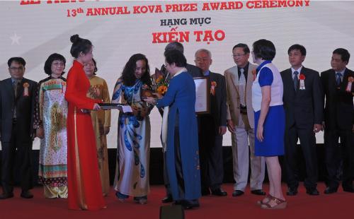 Phó Chủ tịch nước Nguyễn Thị Doan trao tặng giải thưởng cho tập thể các bác sĩ Bệnh viện Chợ Rẫy. Ảnh: Lê Phương.