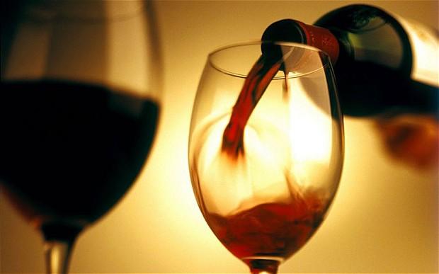 Một vài ly rượu vang đỏ mỗi tuần có thể giúp quý ông tăng cường đời sống tình dục. Ảnh: Alamy.