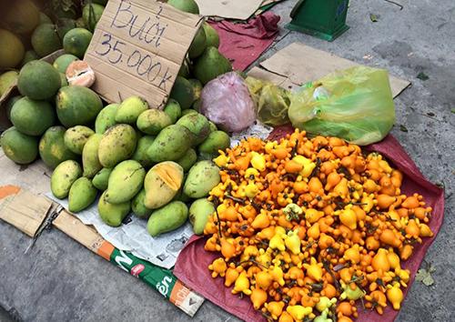 : Trái dư được bày bán chung với các loại trái cây khác ở chợ Gò Vấp,