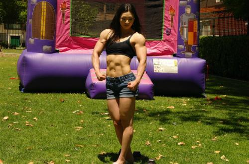Mỹ nữ sở hữu thân hình cuồn cuộn cơ bắp