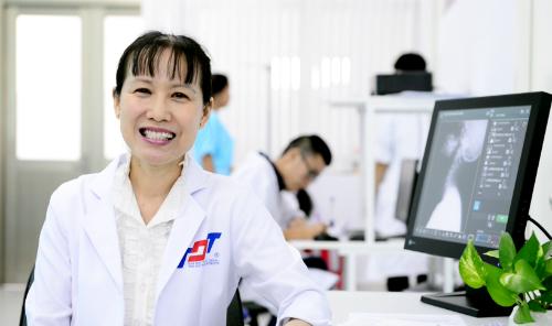Gần 30 năm gắn mình với các bệnh nhân đau xương khớp, nữ bác sĩ xinh xắn ấp ủ cho mình nhiều vấn đề cần giải mã. Ảnh: L.P