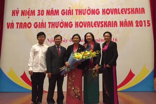 Tiến sĩ, bác sĩ Phạm Thị Ngọc Thảo cùng gia đình trong lễ nhận giải thưởng Koavalevskaia 2015. Ảnh: N.H