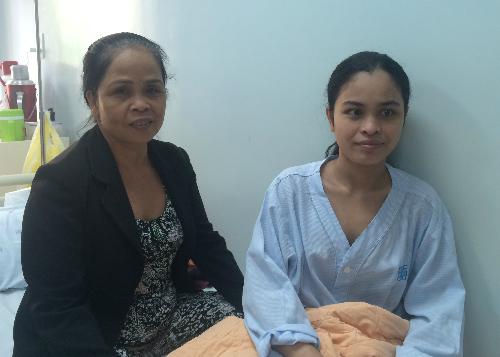 Hồng Soan hồi phục khỏe mạnh trên giường bệnh bên cạnh mẹ sau cuộc mổ tim. Ảnh: Lê Phương.