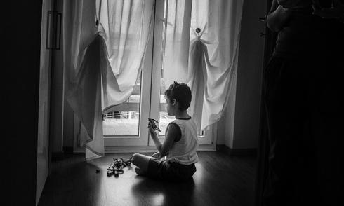 Cuộc sống trong bóng tối của cậu bé mắc bệnh sợ mặt trời