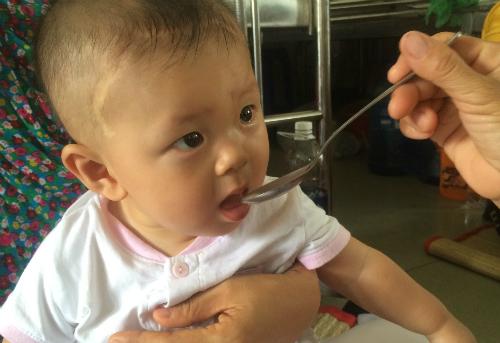 Bé Dương Minh Phát kháu khỉnh, lanh lẹ ở tuổi vừa tròn 9 tháng. Ảnh: Lê Phương.
