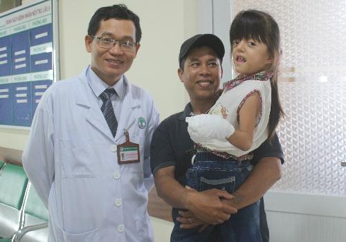 Được bố dỗ dành sẽ quay trở lại bệnh viện sau một tuần nữa để kiểm tra, cô bé vẫn tỏ ra quấn quýt bác sĩ. Ảnh: Lê Phương.