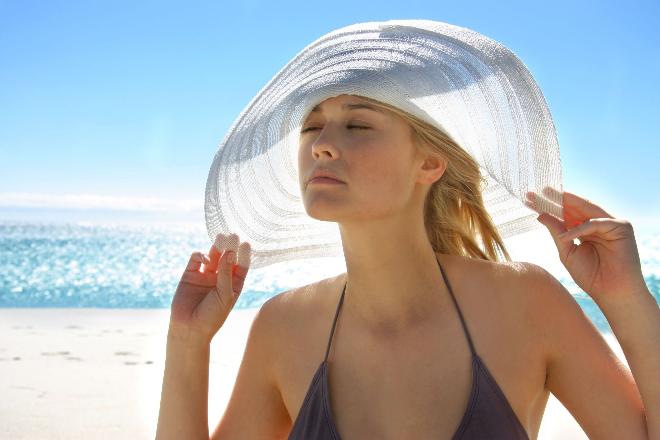 Ánh nắng mặt trời là một trong những nguyên nhân chính khiến da ngày càng sạm đen.
