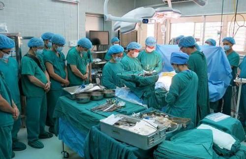 Y bác sĩ cúi đầu trước chàng trai hiến tạng cứu 4 người